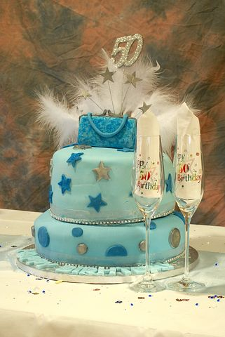 50th birthday cake with champagne flutes; Pixabay